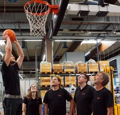 Project team playing basketball with the automated basketball hoop from Rexroth