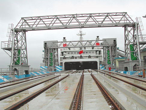 The 90-meter landing stage for trains is made of three individual ramps joined together. The movements are carried out by three pairs of cylinders.