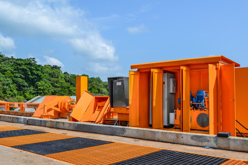 Hydraulic units on the dam: The housings are air-conditioned and protect the system against the tropical weather.